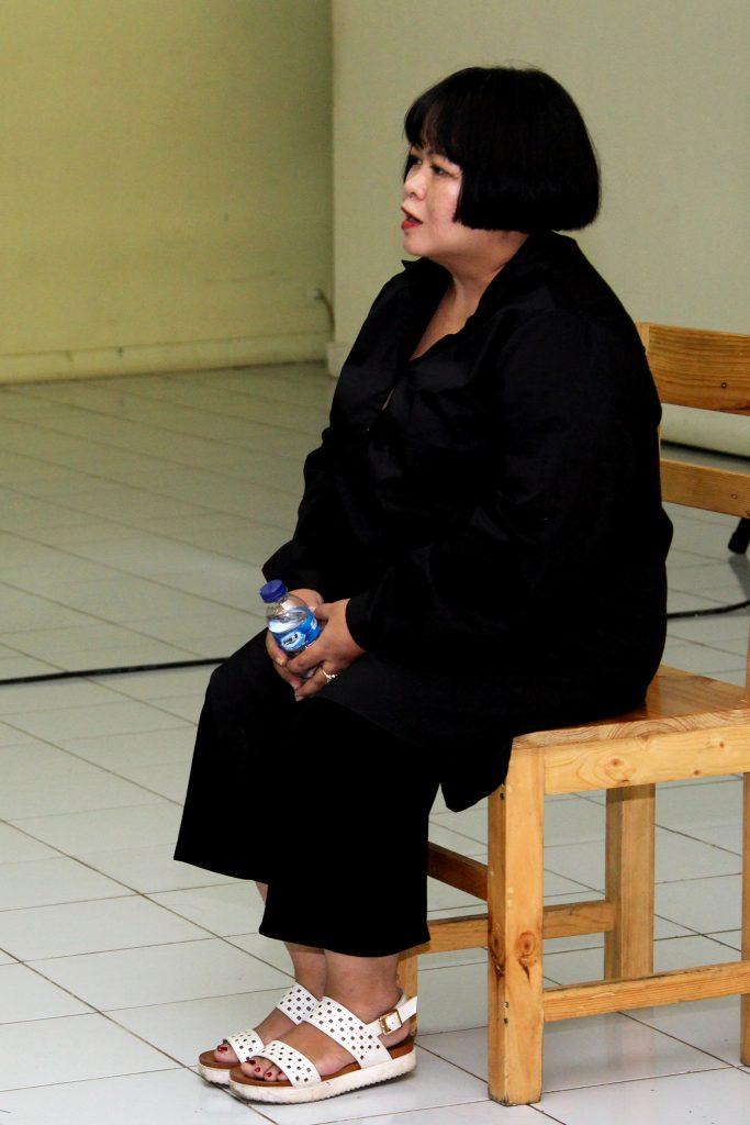 Presentasi performatif seniman seni rupa pertunjukan, Melati Suryodarmo berjudul PINJAM (BORROW) di Galeri Cipta 2 Taman Ismail Marzuki, Rabu 22/06/2016. (Foto : Eva Tobing)